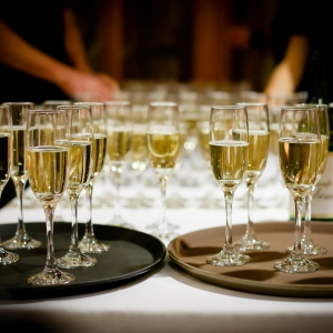 canva-serving-champagne-glasses